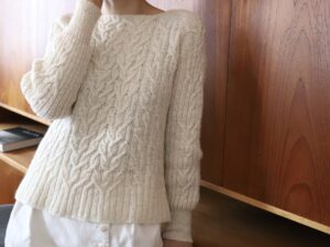 Caroline, a beautiful raglan sweater in Smooth Sartuul sheep by Eri